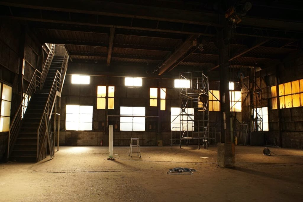 「施工はホコリだらけの工場の清掃からはじりました」
