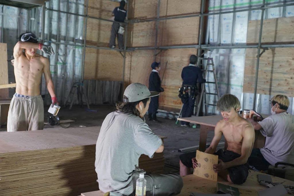「一番大変だったのは壁や床に使う300枚の以上の合板を電動のやすりで表面を仕上げる作業です」