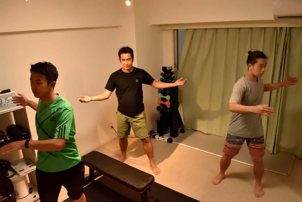 ポイントは、ラジオ体操の動き / photo by Shuhei Kaneko
